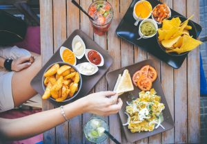 šalát, hranolky, nezdravé jedlo