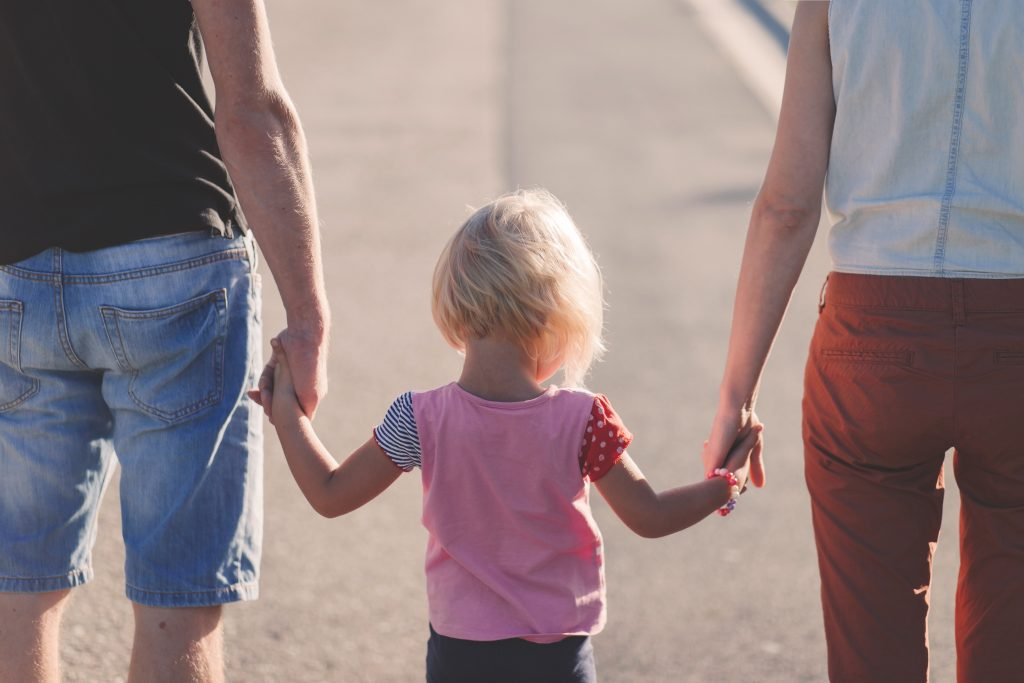 rodičia a dievčatko