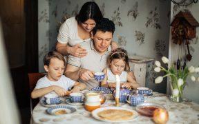 rodina pri stole, rodičia, deti